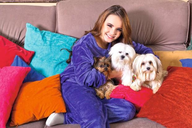 Larissa com Guilhermina, J.J. e Valdemar (Foto: Marcos Rosa/Ed. Globo)