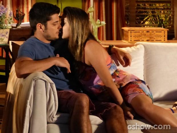 Bárbara parte para cima de André e tasca um beijo (Foto: Em Família / TV Globo)