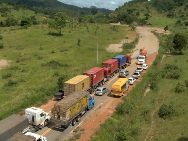 Estrada interditada por alagemento no interior do Espírito Santo (Foto: Reprodução/ TV Gazeta)