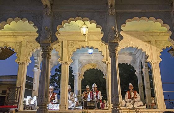 Recital de música sacra muçulmana (sufi) em um dos espaços ao ar livre do Castelo de Ghanerao (Foto: © Haroldo Castro/ÉPOCA)