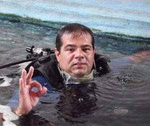 Instrutor Flávio Marcato tem experiência de sete anos com mergulho (Foto: Henrique Dovalle/G1)