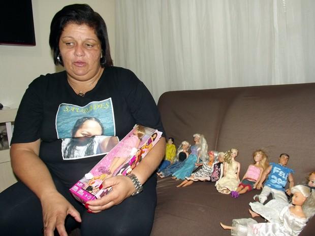Vânia ainda guarda as bonecas de Laís, com a esperança de que ela volte (Foto: Ivair Vieira Jr/G1)