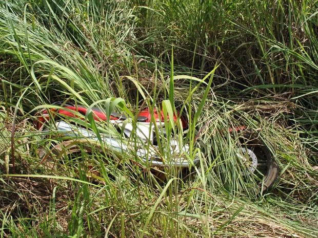 Motociclista morre após sair da pista e capotar por duas vezes na GO-116 em Goiás (Foto: Divulgação/Polícia Técnico-Científica)