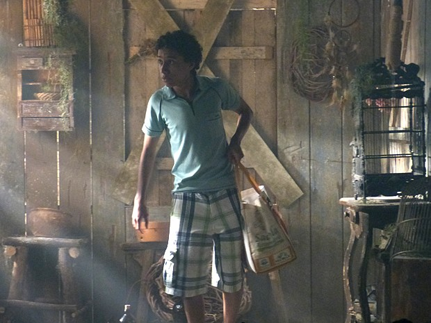 Paulino vai até a cabana abandonada no bosque por engano (Foto: Malhação / TV Globo)