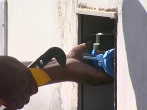 Funcionário troca hidrômetro em residência de Sumaré (SP) (Foto: Reprodução/ EPTV)