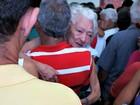 Greve causa tumulto em banco no AC e idosa é levada por filho nos braços