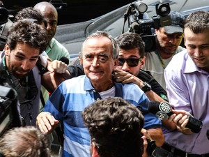 O ex-diretor da área Internacional da Petrobras, Nestor Cerveró chega ao IML de Curitiba (PR), para exame de corpo delito. Nestor foi preso durante a madrugada no Rio de Janeiro (Foto: Vagner Rosário/Futura Press/Estadão Conteúdo)