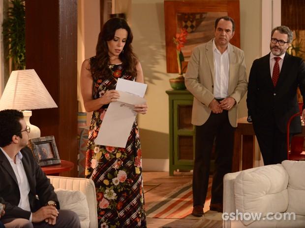 Juliana recebe o envelope com o resultado do exame de paternidade de Bia (Foto: Raphael Dias/ TV Globo)