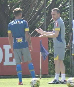 Paulo Bento gesticula e conversa com Gino (Foto: Maurício Paulucci)