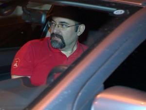 Dal Agnol entrou em um veículo que o aguardava após deixar a prisão (Foto: Reprodução/RBS TV)