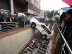 Chinês confunde acelerador com freio e despenca carro em escadaria
