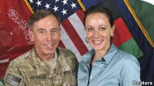 Paula Broadwell ao lado de Petraeus (Foto: Reuters)