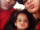 Feliz, Scheila Carvalho posa ao lado de marido e filha
