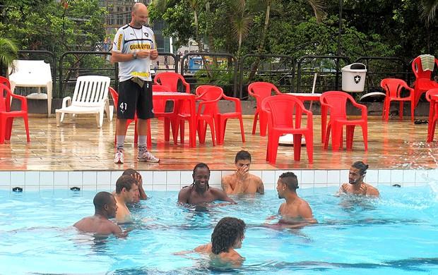 jogadores no treino do Botafogo na piscina (Foto: Fred Huber / Globoesporte.com)