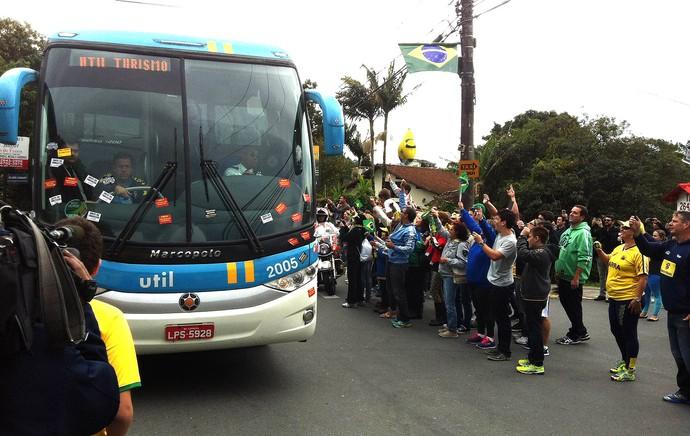 ônibus Seleção chegada Granja Comary  (Foto: Alexandre Lozetti)