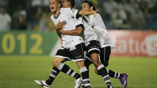 Jogadores do Ceará comemoram gol contra o Crateús pelo Campeonato Cearense 2012 no PV (Foto: Kid Júnior/Agência Diário)