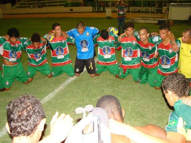 Jogadores do Santa Cruz-RN agradecem aos céus pelo título da primeira fase (Foto: Alex Santos/Divulgação)