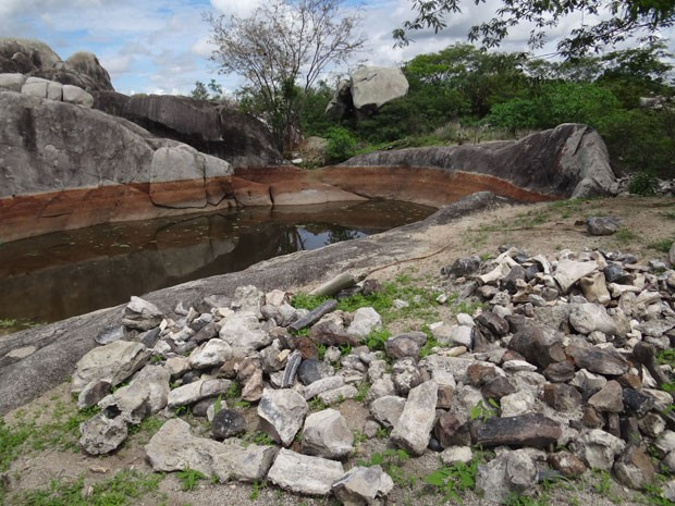 Ossos e pedras foram retirados de espécie de lago no topo de uma serra em Caruaru, PE. (Foto: Luna Markman/G1)