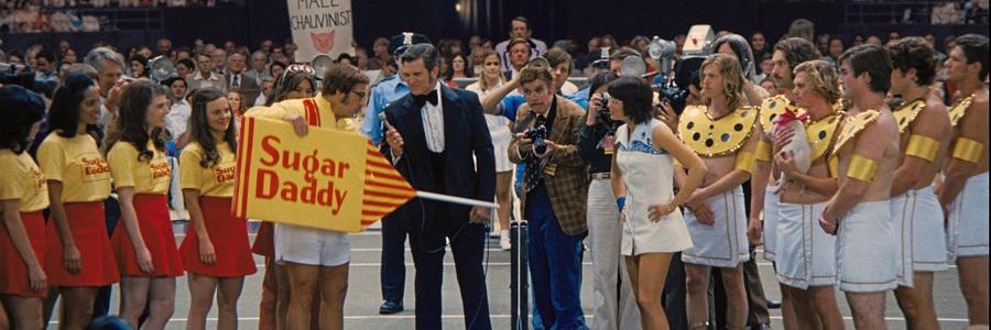 Emma Stone e Steve Carrel encarnam dois jogadores de tênis que competem pela igualdade salarial em cena do flme A guerra dos sexos (Foto:  Divulgação)