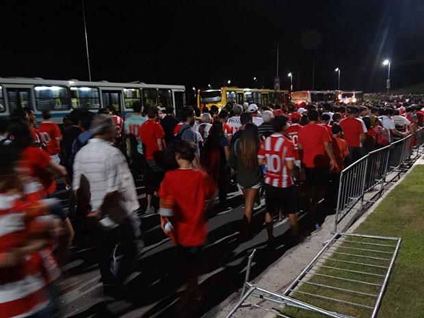 Na volta para casa, longa fila até pegar o circular para a Estação Cosme Damião (Foto: Priscila Miranda / G1)