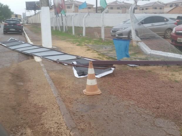 Placa da fachada de um estacionamento foi destruída pelo vendaval em Porto Velho (Foto: Toni Francis/G1)