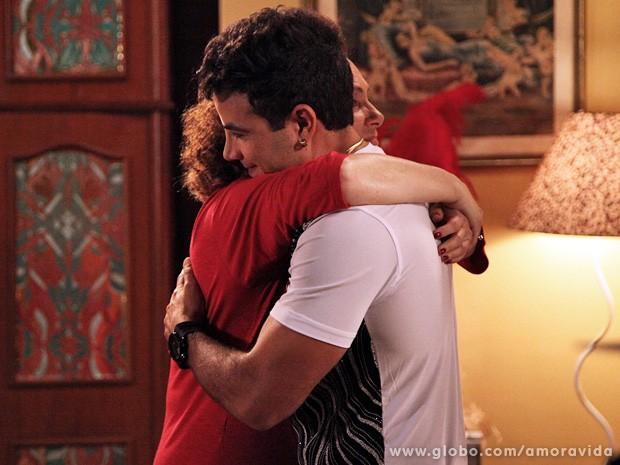 Saudades de Valdirene fazem com que Márcia e Carlito se abracem! (Foto: Carol Caminha / TV Globo)