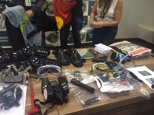 Material foi apreendido pela polícia com os ativistas presos (Foto: Guilherme Brito/G1)