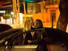 Verônica Araújo, capa da 'Sexy', beija loira ao sair de restaurante