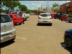 Estacionamento da avenida JK em Palmas (Foto: Reprodução/TV Anhanguera)