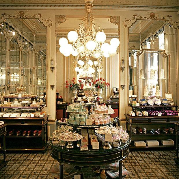 O salão da luxuosa confeitaria Demel, inaugurada em 1786 e certificada para fornecer doces ao Palácio de Schönbrunn, onde viveu a imperatriz Sissi. Do salão, é possível acompanhar a produção dos bolos (Foto: Divulgação)