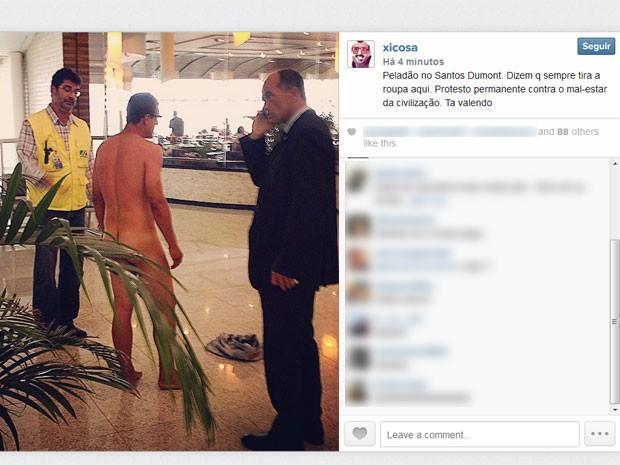 Homem ficou pelado no saguão (Foto: Xico Sá / Reprodução / Instagram)