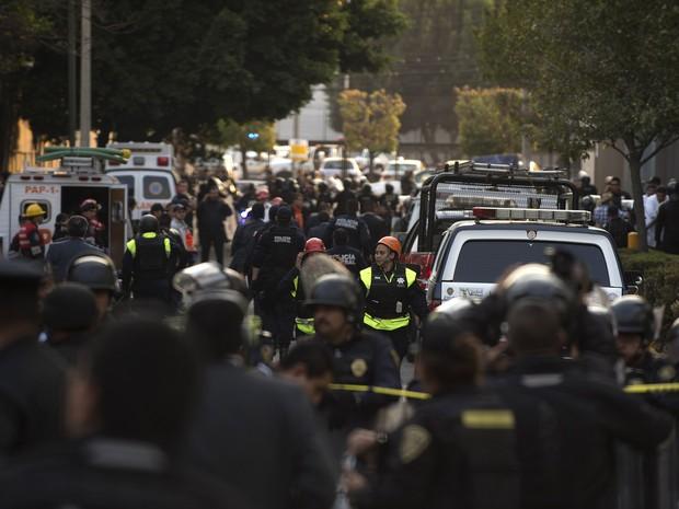 Policiais e equipes de resgate trabalham na área do edifício da empresa petrolífera Pemex, onde uma explosão deixou mortos e feridos. (Foto: AFP)