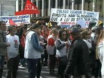 Em Curitiba, professores fizeram passeata até o Centro Cívico (Foto: Reprodução RPCTV)