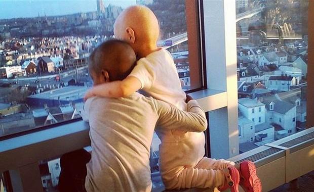 A foto se tornou popular na internet porque simboliza esperança para outras pessoas, segundo a mãe de uma das meninas (Foto: Reprodução)