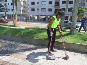 Ana trabalha na limpeza da cidade (Foto: Mariane Rossi/G1)
