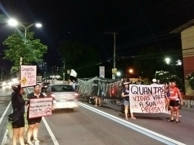Ciclistas bloquearam faixa para pedir segurança e paz no trânsito (Foto: Thiago Correa/Vc no G1)