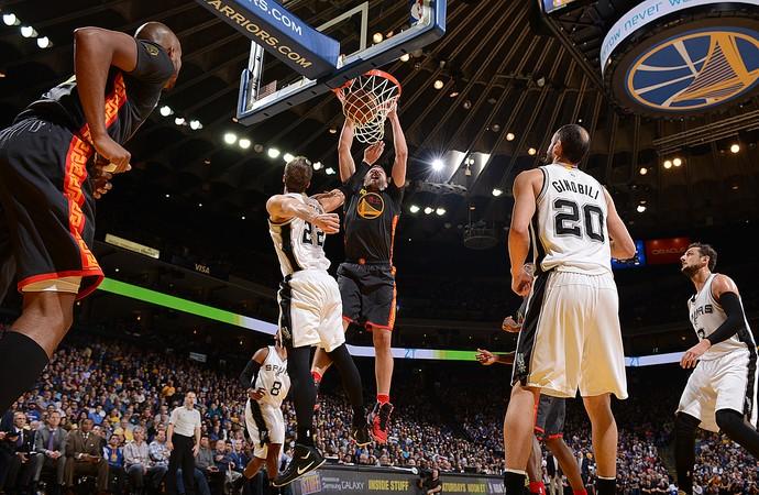 Tiago Splitter e Stephen Curry Spurs x Warriors NBA (Foto: Getty)