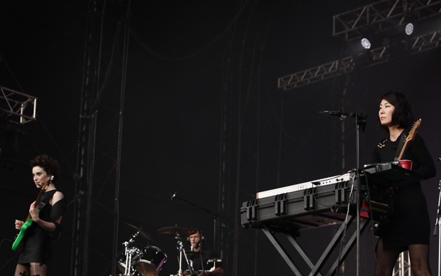 St. Vincent se apresena para o público do palco Axe com os integrantes de sua banda (Foto: Caio Kenji/G1)