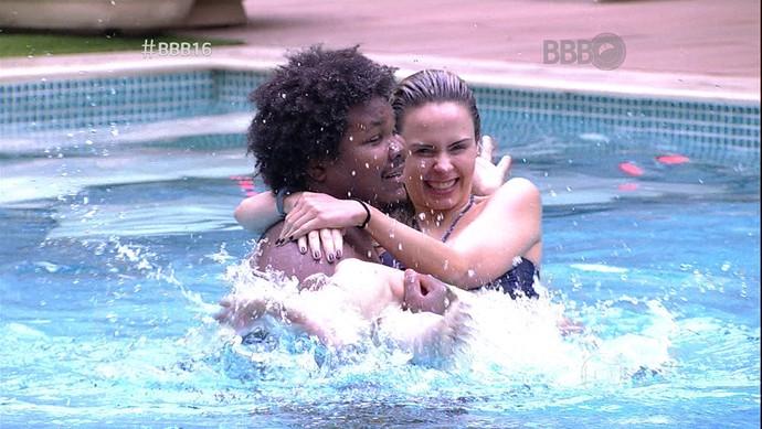 Ana Paula e Ronan piscina  (Foto: TV Globo)