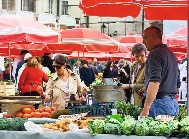 Frutas e verduras na colorida Dolac Market, a feira mais importante da cidade, que funciona desde 1930 (Foto: Tomislav Sklopan / Divulgação)