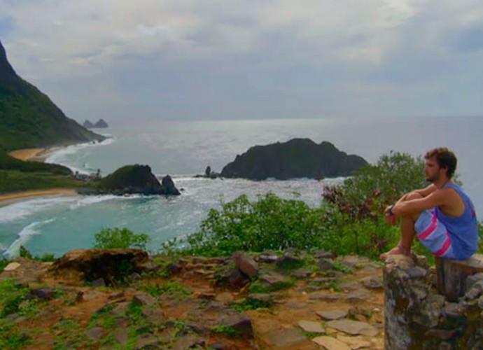 O personagem Pedro admira a Praia do Sancho (Foto: Divulgação/TV Globo)