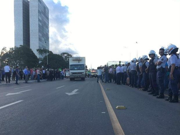 Policiais militares fazem cordão de isolamento durante protesto. (Foto: Gabriel Luiz/G1)
