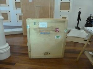 Caixa de madeira para transporte de obra de arte (Foto: Cristina Indio do Brasil/ G1)