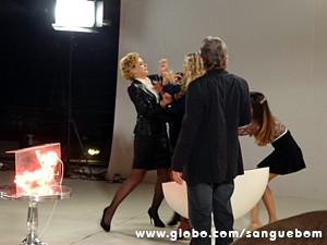 Bárbara arma barraco no estúdio! (Foto: Sangue Bom/TV Globo)
