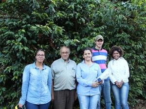 Parte de equipe da Epamig que desenvolve pesquisa sobre a doença do café em Piumhi (Foto: Epamig/Divulgação)