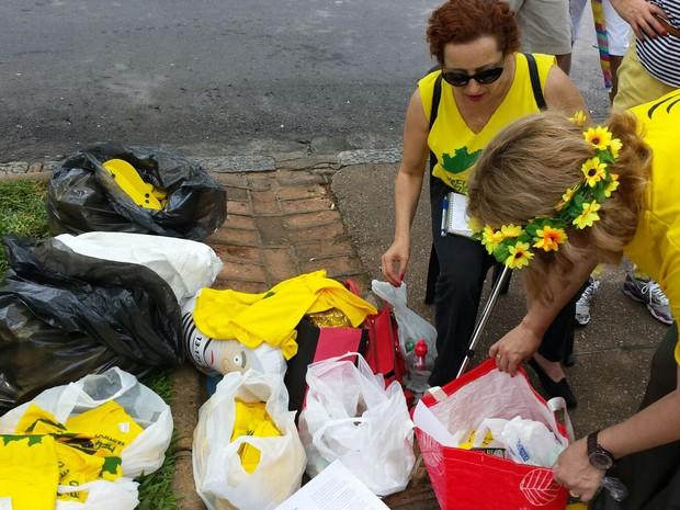 Camisas amarelas são vendidas na Praça da Liberdade, em Belo Horizonte, para arrecadar dinheiro para o Movimento Vem pra Rua. Eles fazem ato em apoio ao impeachment da presidente Dilma Rousseff (Foto: Thaís Pimentel/G1)
