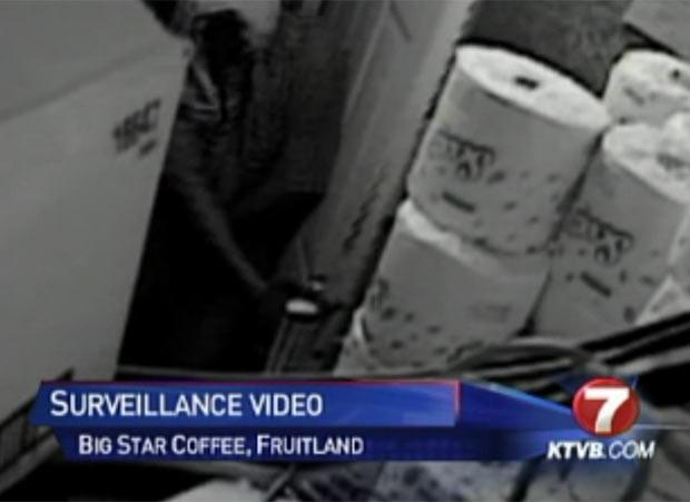 Dupla foi flagrada pelas câmeras de vigilância durante o assalto. (Foto: Reprodução)