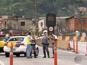 Polícia Rodoviária faz triagem de caminhões para Porto de Santos (Foto: Reprodução/TV Tribuna)