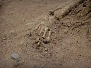 Detalhe do pé da ossada da criança de menos de um ano quando foi enterrada na Serra da Capivara (Foto: Pedro Santiago/G1)