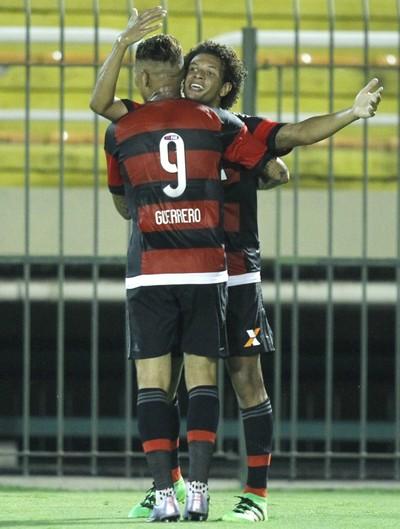 Willian Arão e Guerrero comemoram o segundo gol do Flamengo (Foto: Gilvan de Souza/Fla Imagem)